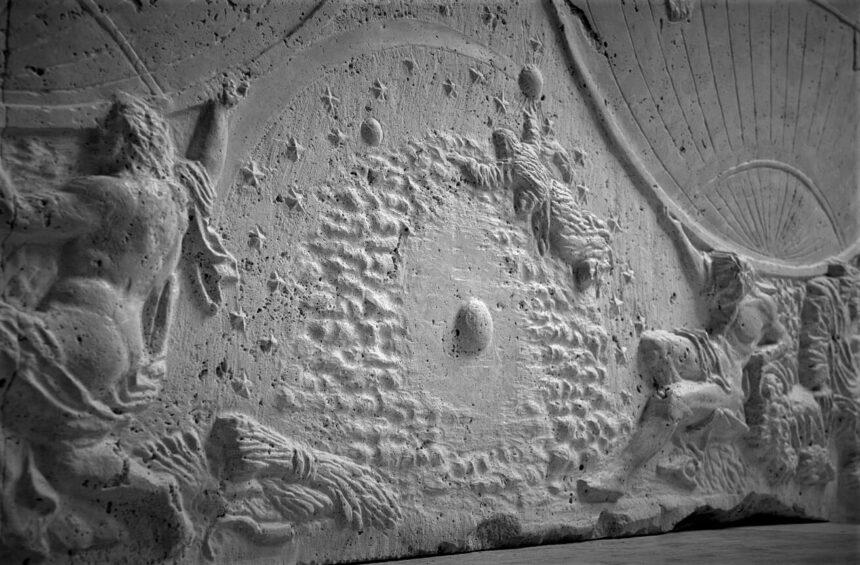 Mapa tallado en piedra