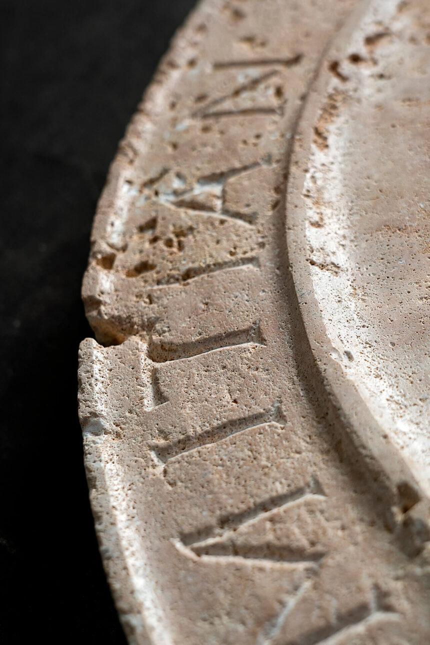medallón del emperador domiciano en travertino cron