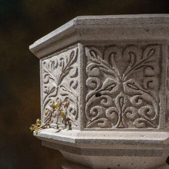 Pila bautismal en piedra tallada