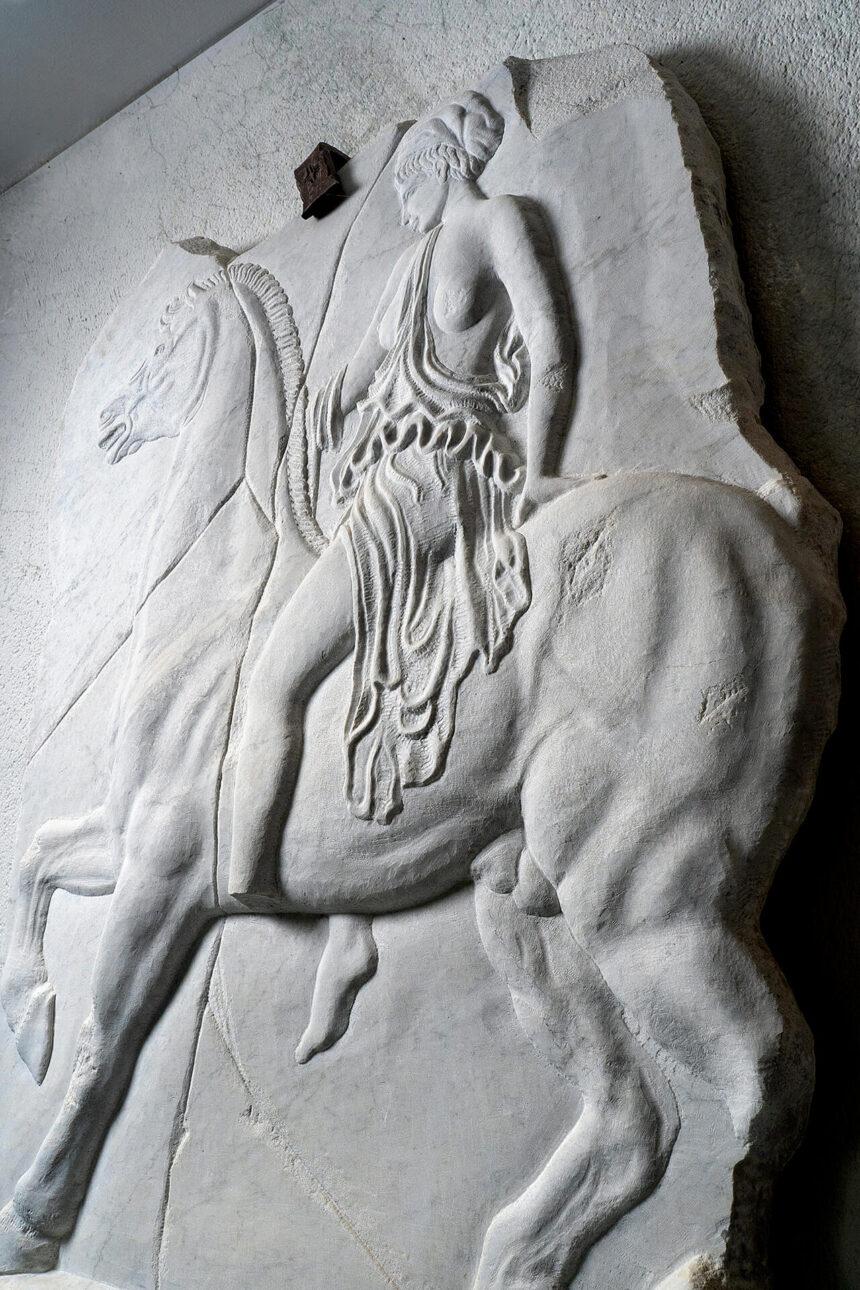 Amazonomaqui gris, hermosa escultura tallada en piedra