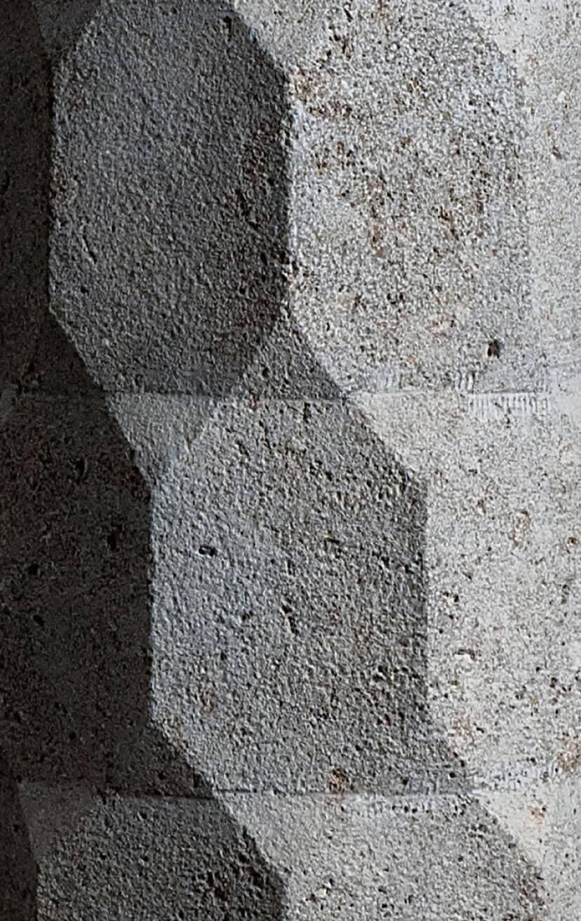 Detalle de columna facetas en travertino
