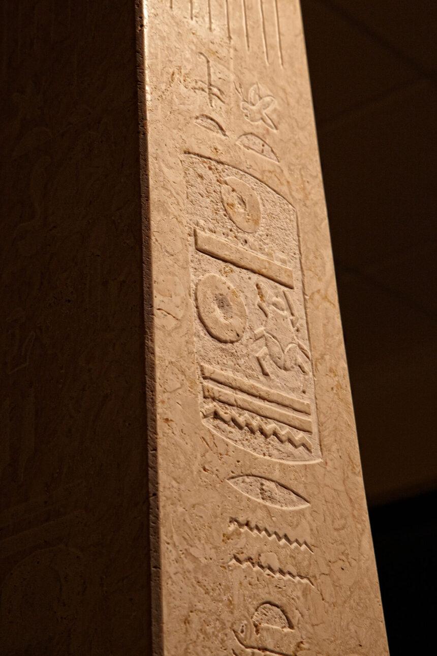 Detalle Obelisco, decoración, caliza, capri, vegetal,pieza, elegante, griego, belleza